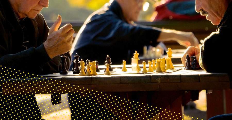 idosos jogando xadrez