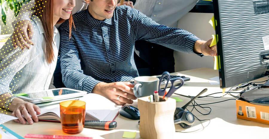 imagem de duas pessoas trabalhando juntas