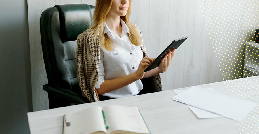 imagem de uma mulher olhando para um tablet