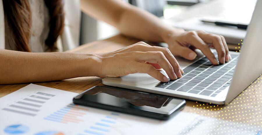 imagem de uma pessoa digitando no teclado do notebook