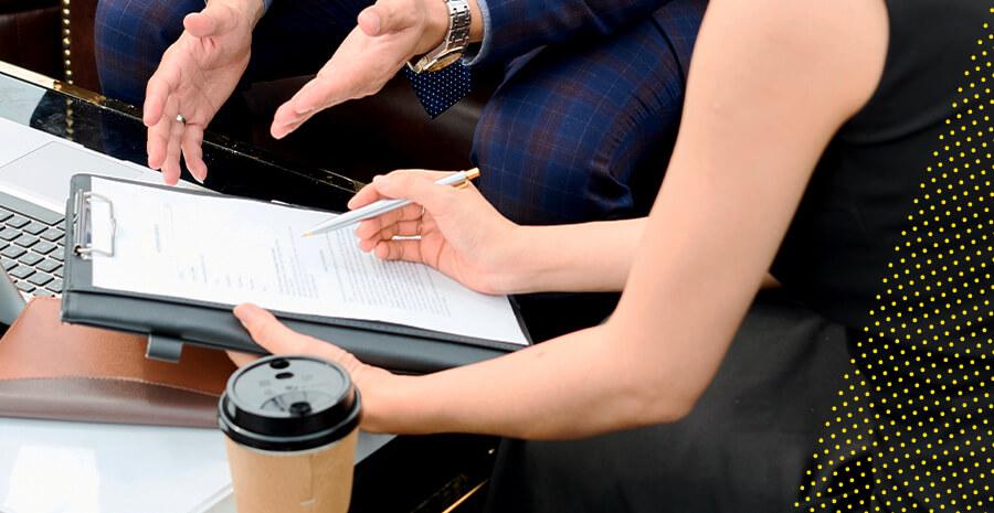 imagem de uma pessoa fazendo anotações em um papel