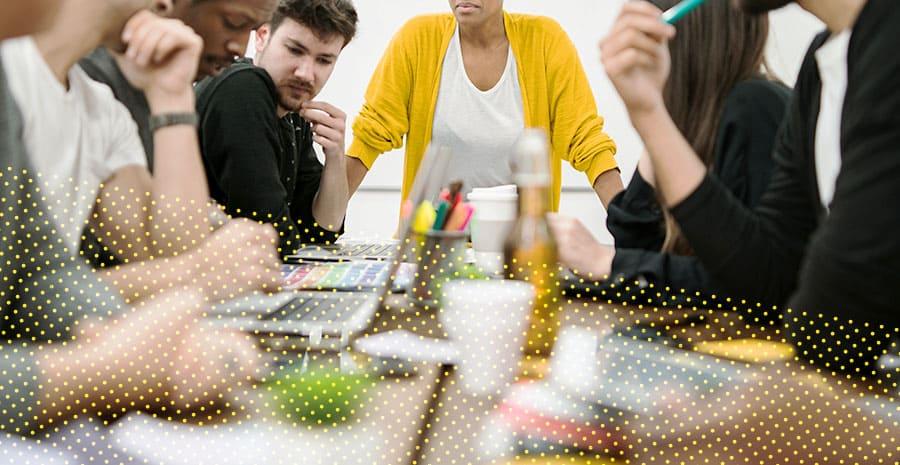 imagem de pessoas em uma mesa de reunião