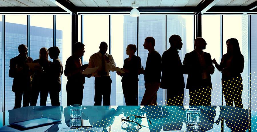 imagem de uma equipe reunida conversando
