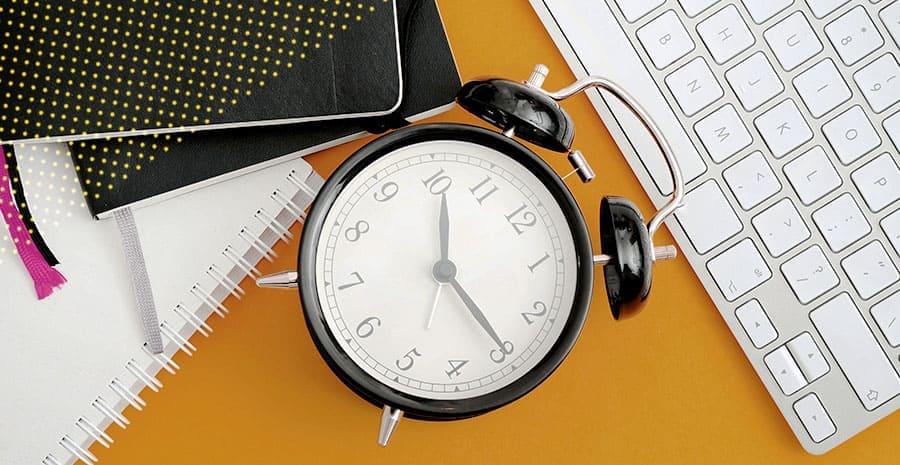 imagem fundo amarelo com um relógio em destaque