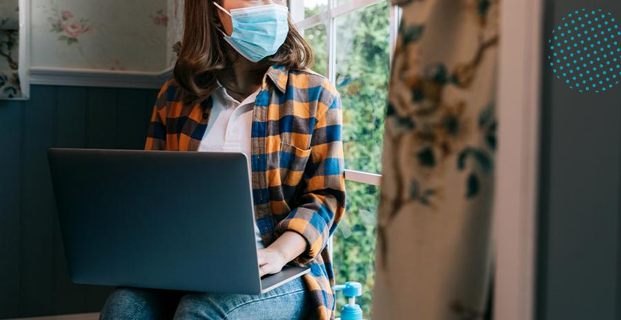 colaboradora trabalhando com máscara na pandemia