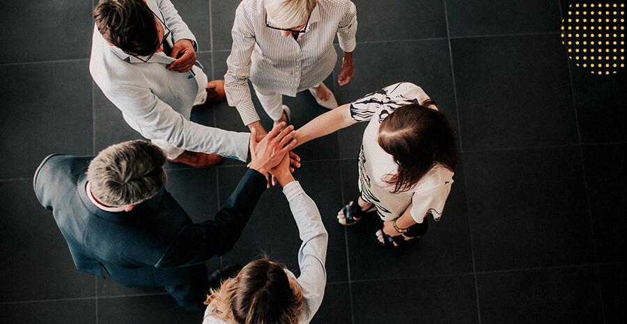 imagem de pessoas estendendo as mãos no meio do circulo