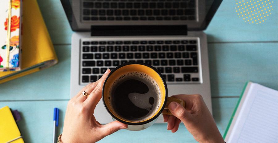 imagem de uma xícara amarela com café