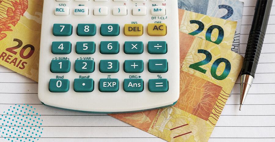 imagem de uma calculadora e notas de dinheiro