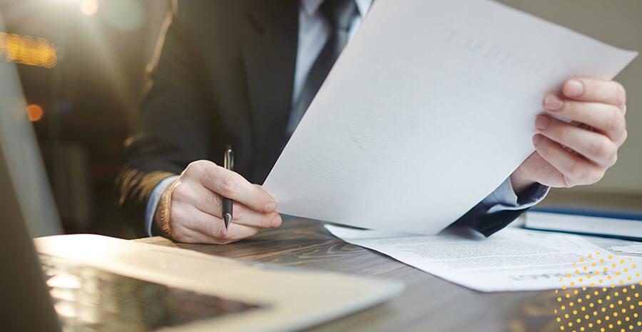 imagem de um advogado segurando um documento de ação trabalhista