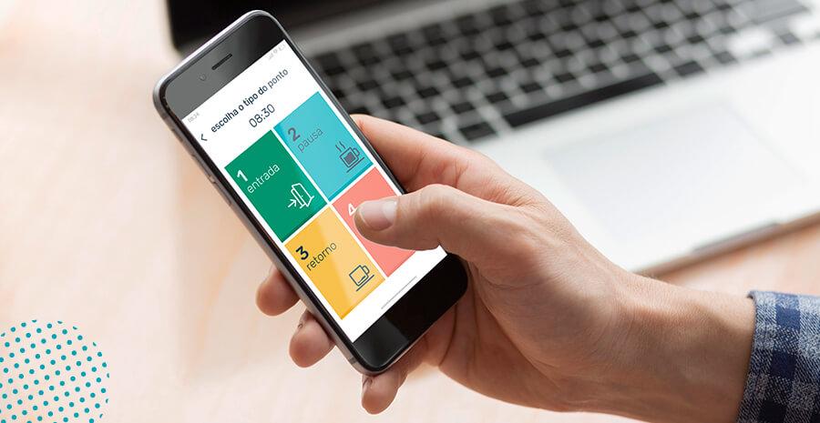 imagem de uma pessoa segurando um celular com o aplicativo de ponto da pontotel na tela